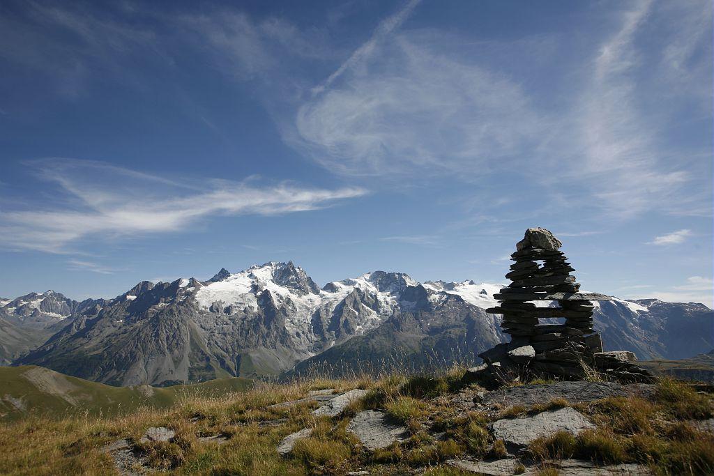 Meije et Rateau depuis la petite Buffe - Cairn réalisé par un garde-moniteur © Cyril Coursier - Parc national des Ecrins