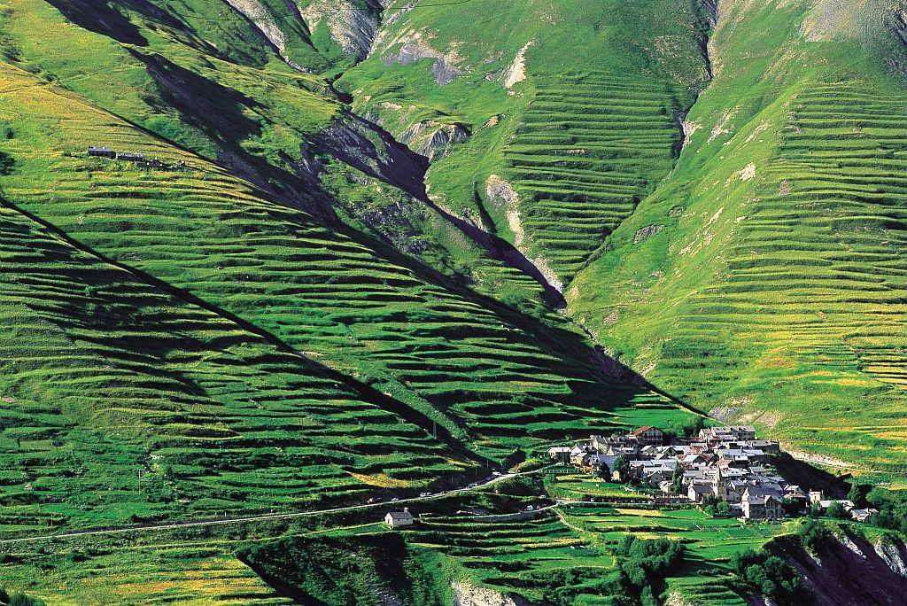 Culture en terrasses et le hameau des Hières © Bertrand Bodin