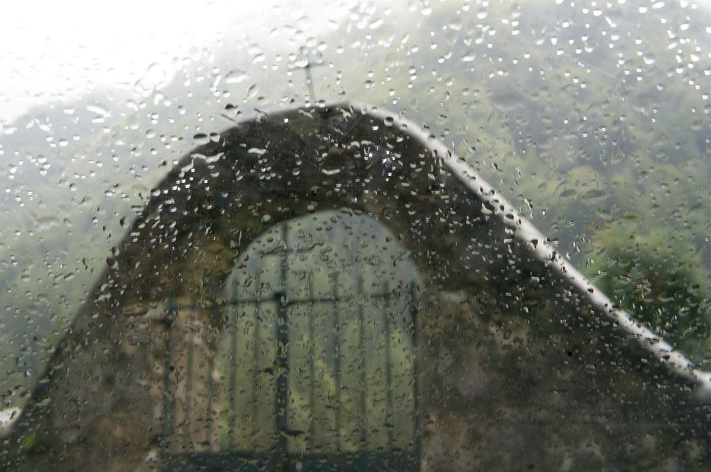 Pluie sur le cimetière de Molines en Champsaur  © Ludovic Imberdis - Parc national des Ecrins
