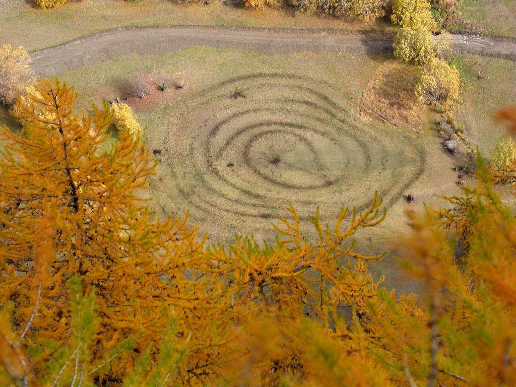"""Un """"logo"""" du Parc dans un champ aux Plates du Bec sur Villar d'Arène ©Albert Christophe - Parc national des Ecrins"""