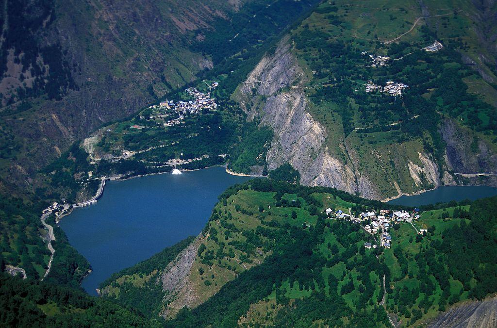 Le lac du Chambon - Mizoën et ses hameaux - au premier plan, Cuculet © Cyril Coursier - Parc national des Ecrins