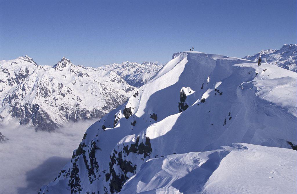 Au sommet du Grand Galbert - Tout au fond le Mont Blanc © Cyril Coursier - Parc national des Ecrins