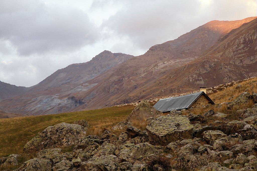 Lever du jour en automne à la cabane de la Balme - Vallon du Fournel © Jean-Philippe Telmon - Parc national des Ecrins