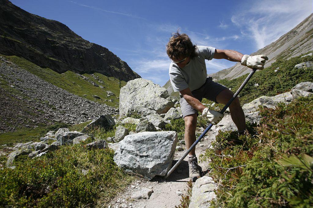 Entretien sentier Col d'Arsine - GR 54 - Briançonnais - © Cyril Coursier - Parc national des Ecrins