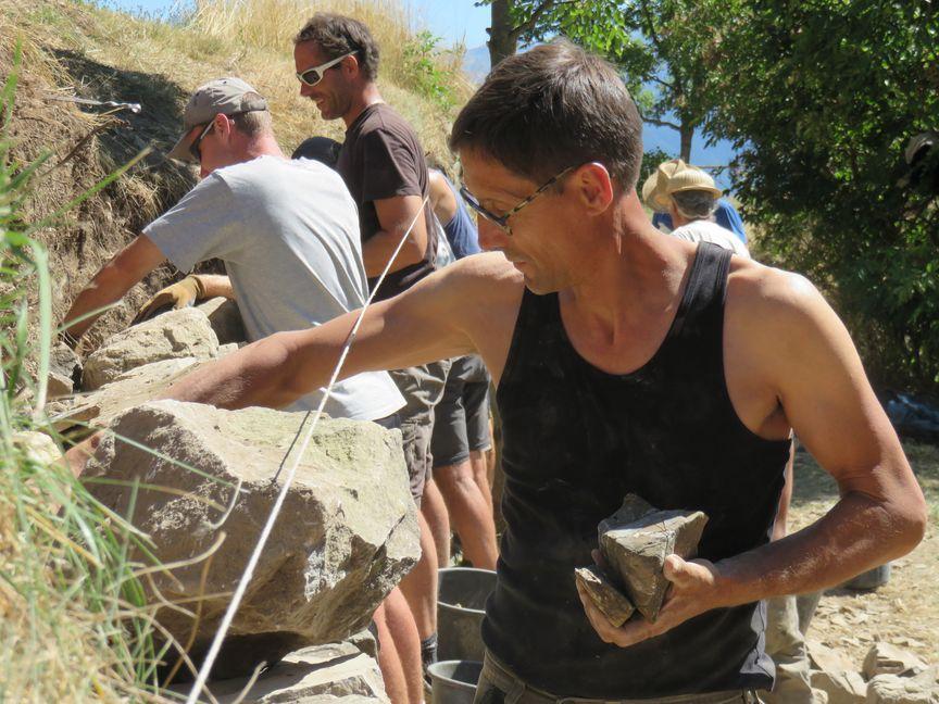 Loys Ginoul, formateur pour la restauration des murs en pierres sèches © M.Pottier - parc national des Ecrins