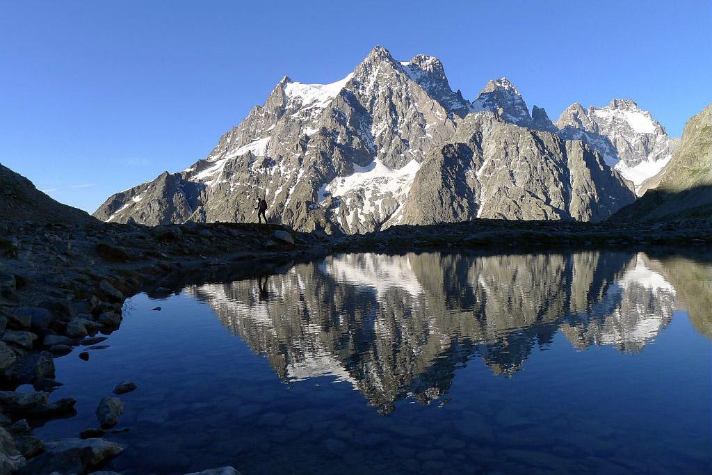 Lac Tucket au lever du jour avec un mirroir sur le Pelvoux © PNE / Maillet Thierry