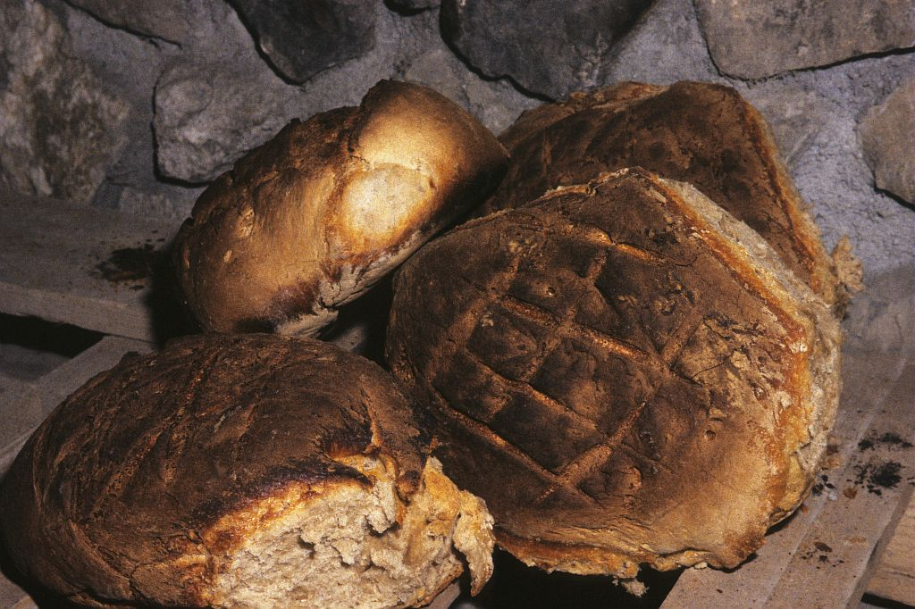 Décembre 1994, le four du Villar est réparé, les fournées se succèdent comme autrefois © Robert Keck - Parc national des Ecrins