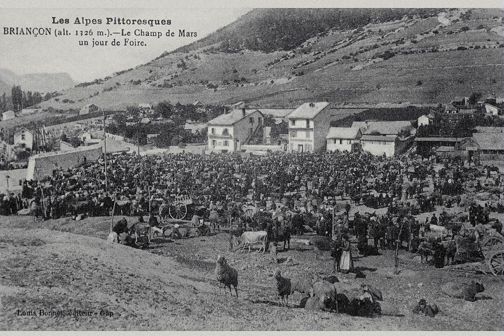 Briançon (1326 m), le champ de Mars un jour de foire - collection - Parc national des Ecrins