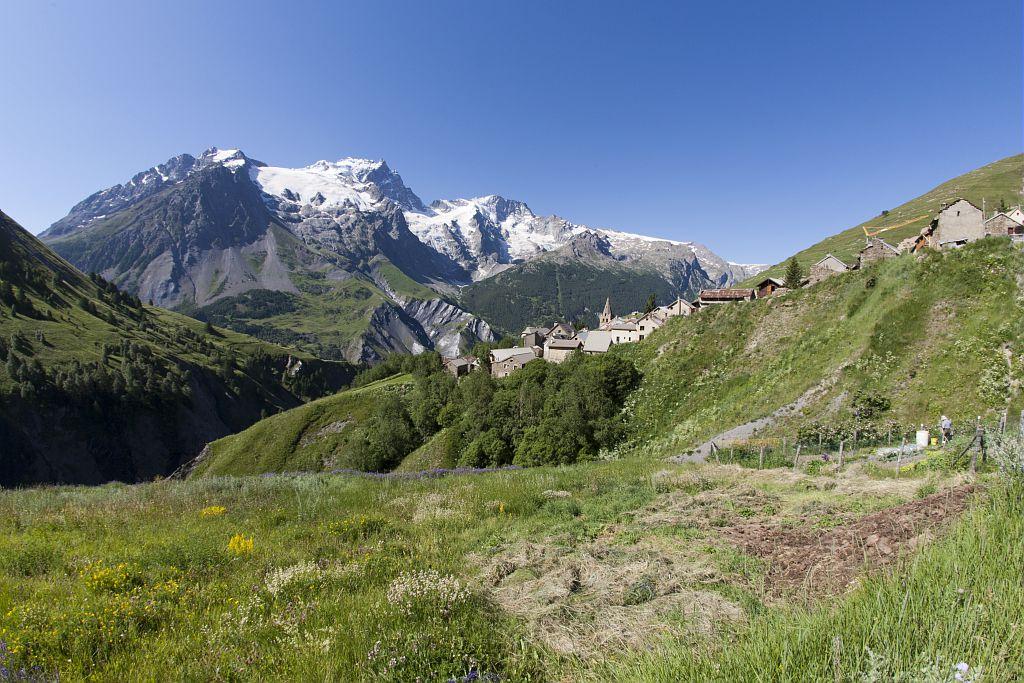 Le massif de la Meije du vallon de Valfroide avec le hameau des Hyères © Pascal Saulay - Parc national des Ecrinsl