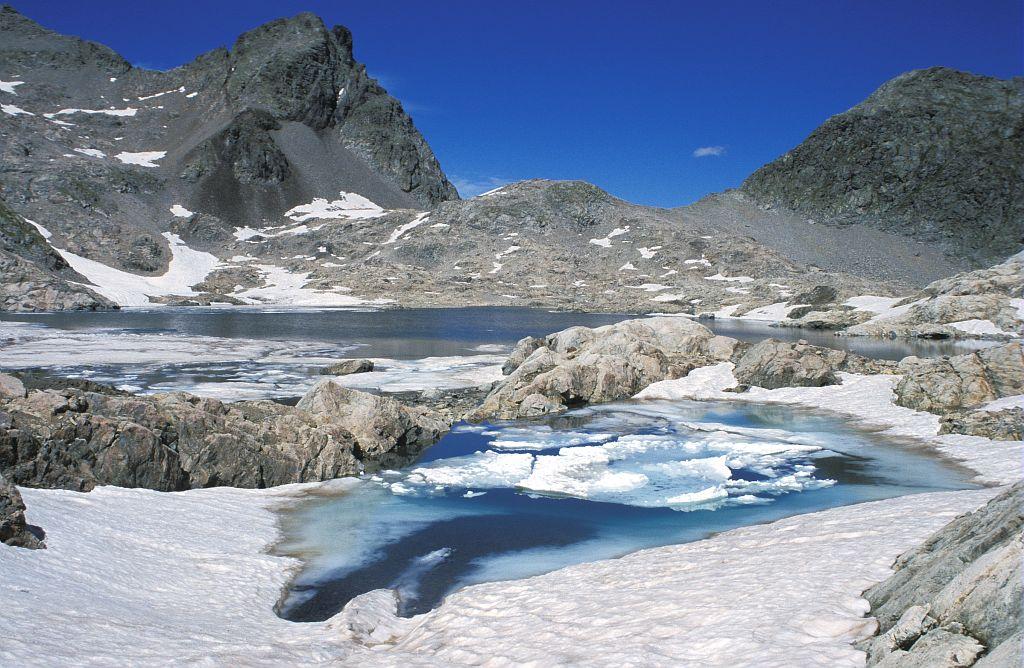 Aiguille fourchée, lave basaltique, lac supérieur de Crupillouse © Rémi Brugot - Parc national des Ecrins
