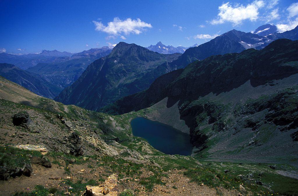 Le lac de Plan Vianney - Les 2 Alpes, les aiguilles d'Arves, l'aiguille de Vénosc, l'aiguille du Plat de la Selle, la barre des Ecrins © Cyril Coursier - Parc national des Ecrins