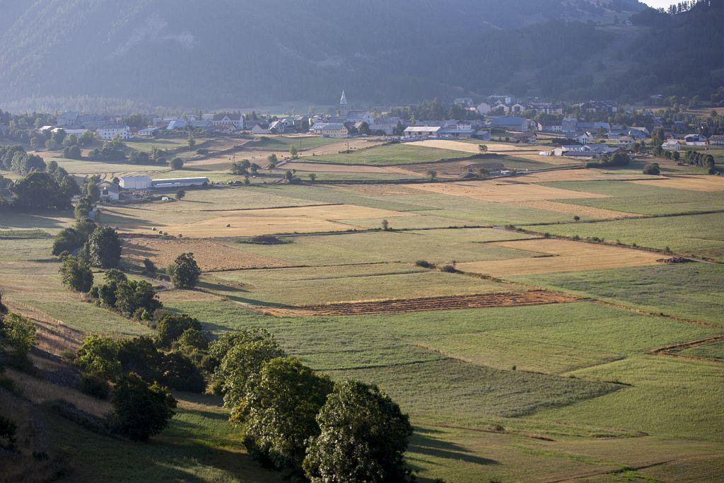 La plaine et le village d'Ancelle © Pascal Saulay - Parc national des Ecrins