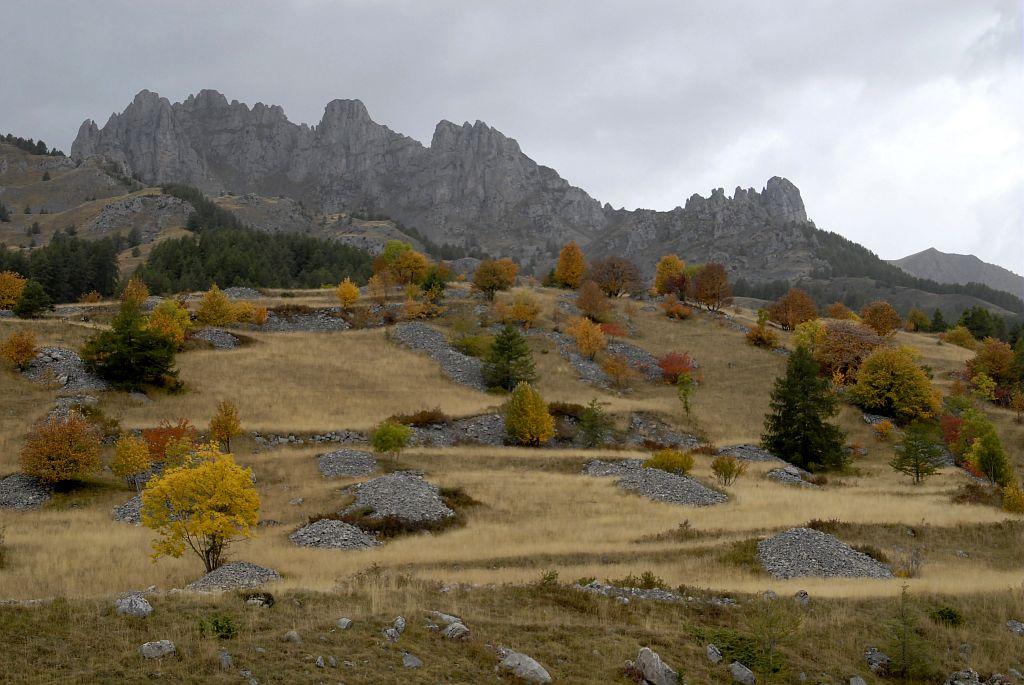 Clapiers d'épierrement devant les aiguilles de Chabrières © Mireille Coulon, Parc national des Ecrins