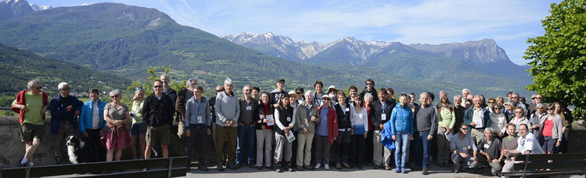Au départ de la manutention, une soixantaine de naturalistes et les premiers participants - photo Parc national des Ecrins
