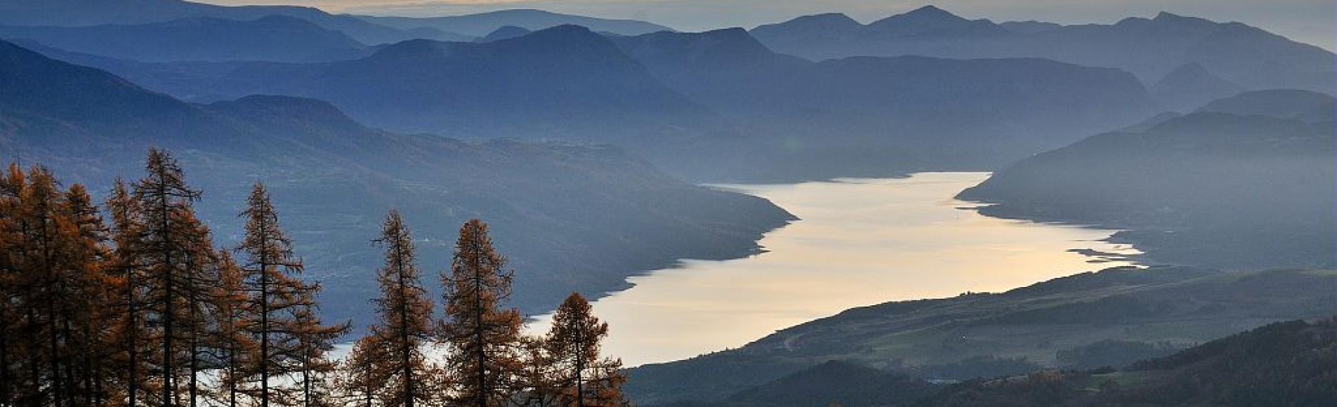 Lumière du soir sur le lac de Serre-Ponçon vu depuis le versant du mont Guillaume en automne ©Mireille Coulon Mireille - Parc national des Ecrins