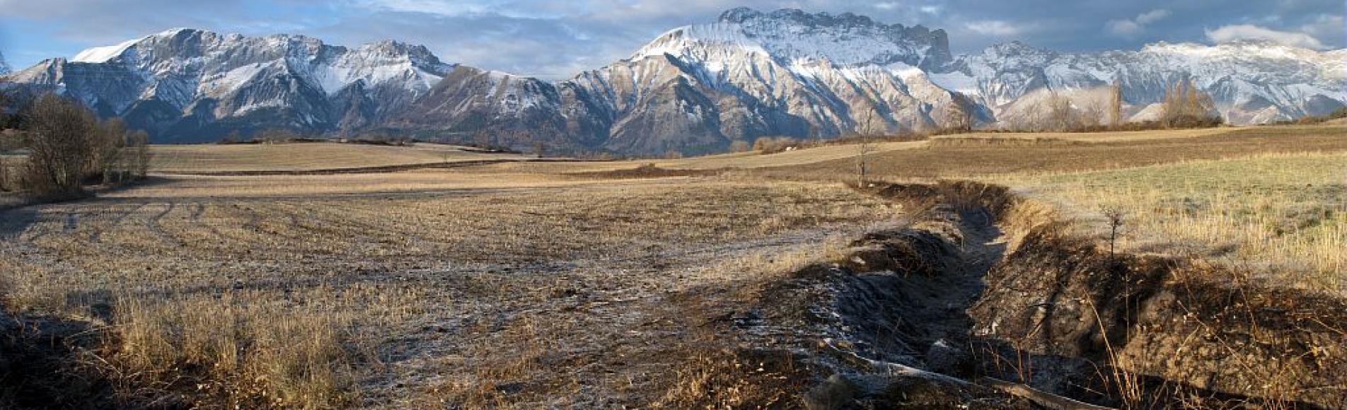 """""""Les Tressaries"""" : terrasses de Saint-Eusèbe et la montagne de Faraud -  commune de La Motte en Champsaur © Dominique Vincent - Parc national des Ecrins"""