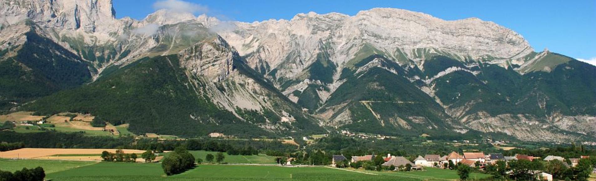 Chauffayer, village et terres agicoles. Montagnes de Féraud en arrière plan © Jean-Pierre Nicollet - Parc national des Ecrins