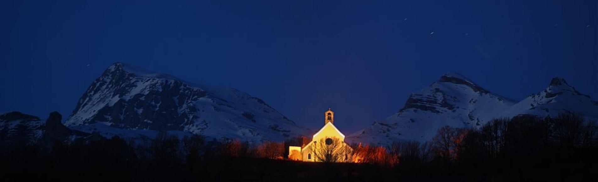 La chapelle des Rissents à Saint-Julien en Champsaur, sous l'oeil du Vieux Chaillol ©Pascal Saulay - Parc national des Ecrins