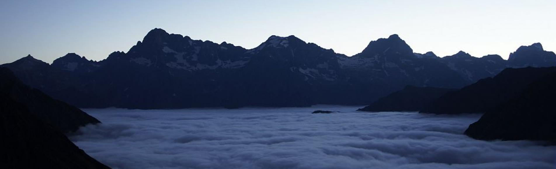 Mer de nuage au dessus du vallon de l'Aup - vue sur la rive droite de la haute séveraisse, Olan, Cime du Vallon, Rouies, Barre des Ecrins  © Ludovic Imberdis - Parc national des Ecrins