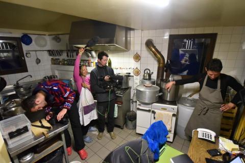 Tournage en cuisine - Refuge Adèle Planchard - mars 2015 - image journal de bord du refuge