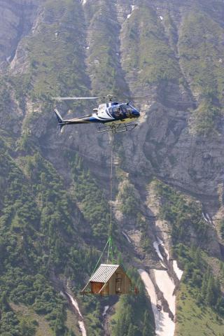 Héliportage cabane d'urgence en alpage © Parc national des Ecrins