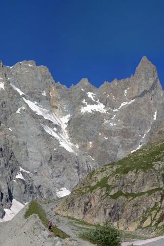 randonneurs sur la moraine du glacier Noir © T.Maillet - Parc national des Écrins