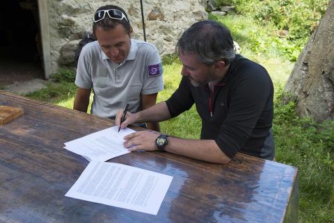 Pierre Commenville, directeur du Parc national des Ecrins et Grégory Guicherd, président de l'association Flavia signent la convention d'échanges de données. © M.Boutin - Le naturographe