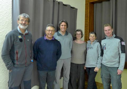 Une partie de l'équipe embrunaise accueillie par le maire de Prunières. © Francis LAURENT