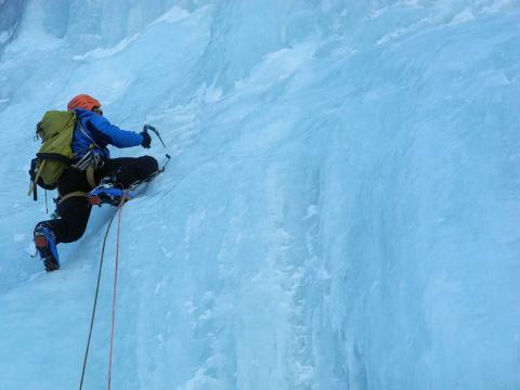 Pratique de la cascade de glace © L.Imberdis - Parc national des Écrins