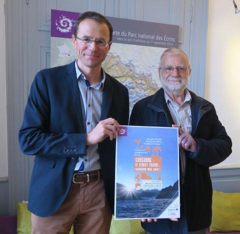 Pierre Commenville, directeur du Parc national et Bernard Héritier, président du conseil d'administration, avec le visuel du concours.