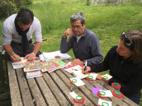 Participants à la formation Biodiversité dans les jardins qui s'exercent à déterminer les espèces d'insectes