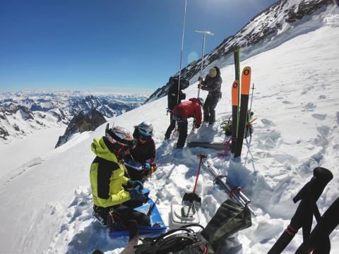 Mesures accumulation mai 2019 - glacier blanc - © J.Charron - Parc national des Écrins