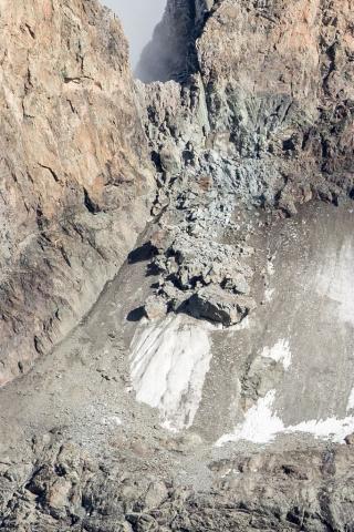 La Meije et le glacier Carré après l'éboulement de l'été 2018 (depuis l'itinéraire vers le col du Clot des Cavales en venant des Etançons) - © P.Saulay - Parc national des Écrins