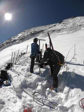 Mesures d'accumulation glacier Blanc - mai 2020 - photo Julien Charron - Parc national des Ecrins