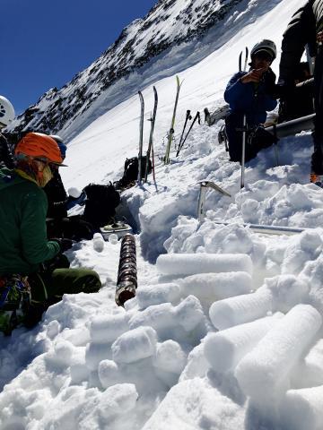 Carottes de neige  au dôme des Ecrins - mai 2020 - photo Julien Charron - Parc national des Ecrins