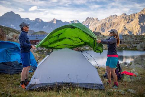 Monter la tente - photo Thibaut Blais - Parc national des Ecrins
