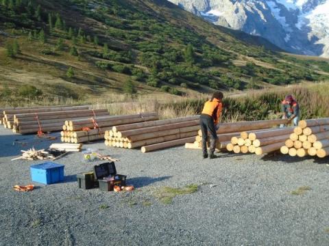 Préparation des charges pour l'héliportage - © S. D'Houwt - Parc national des Écrins