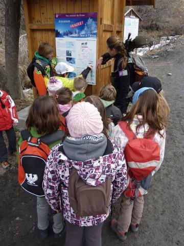 Animation scolaire avec les enfants de la vallée au pont de l'Alpe - © C. Coursier - PNE