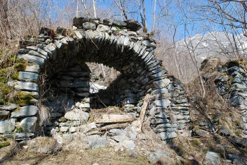 Ruines du hameau des Peines sur la commune de Villar-Loubière ©Olivier Warluzelle - Parc national des Ecrins