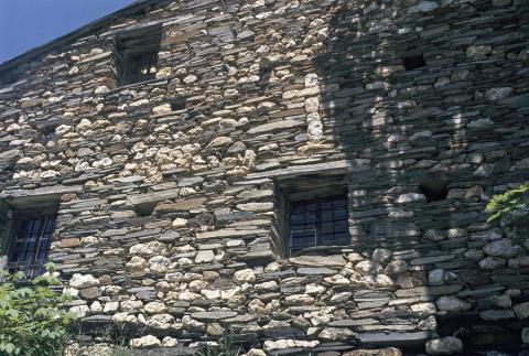 Croix insérée dans le mur - hameau du Serf (Besse-en-Oisans) ©Daniel Roche - Parc national des Ecrins