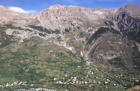 Les hameaux de Pelvoux vus depuis Puy Aillaud ©Joël Faure - Parc national des Ecrins