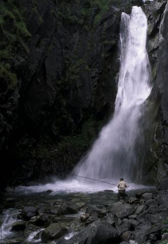 pêche à la cascade de la pisse - Oisans - © Parc national des Écrins