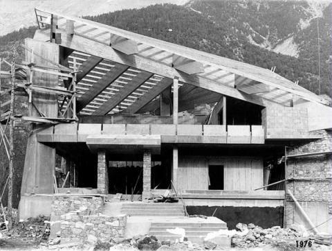 Construction de la première maison du Parc national des Ecrins à Vallouise - 1976