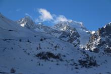 Les activités hivernales se sont déportées vers les territoires d'altitude. Au col du Lautaret, les versants nord du Combeynot ont conservé le peu de neige tombée. © H-Quellier -Parc national des Ecrins