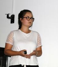 Aubeline Bellom, stagiaire de Master qui a analysé les données de 27 ans de mesures au Casset. © C.Coursier - Parc national des Écrins