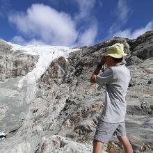 Mesure du front du glacier Blanc au télémètre - © PNE