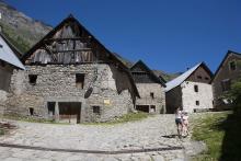Village de Prapic - jeunes randonneurs enfants © Pascal Saulay - Parc national des Ecrins