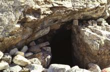 Le 1er refuge Tucket, abri sous roche © C. Baisset, PNE
