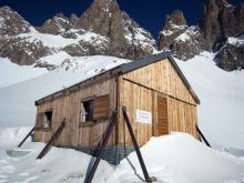 Ancien refuge Adèle Planchard en hiver hors service © Claire Broquet - Parc national des Ecrins