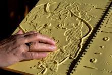 Livret PNE en braille ©Pascal Saulay - Parc national des Ecrins